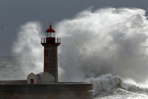 Leuchtturm im Sturm, Stille, Resilienz